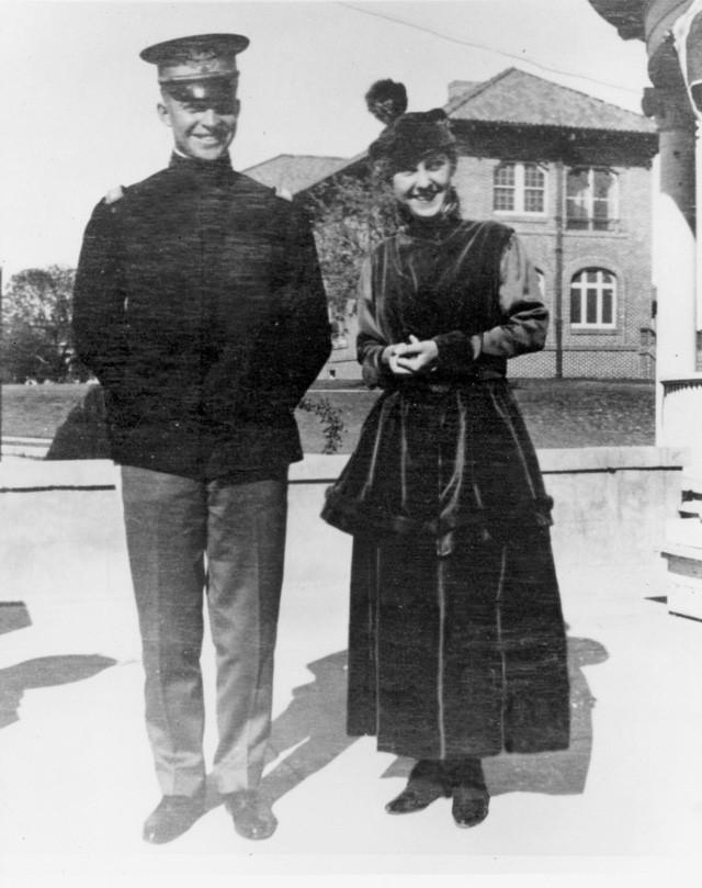 Cựu Tổng thống Dwight D. Eisehower và vợ sắp cưới Mamie Geneva Doud chụp ảnh chung hồi tháng 11/1915 - một tháng sau khi họ gặp nhau lần đầu tiên. (Ảnh: Business Insider)
