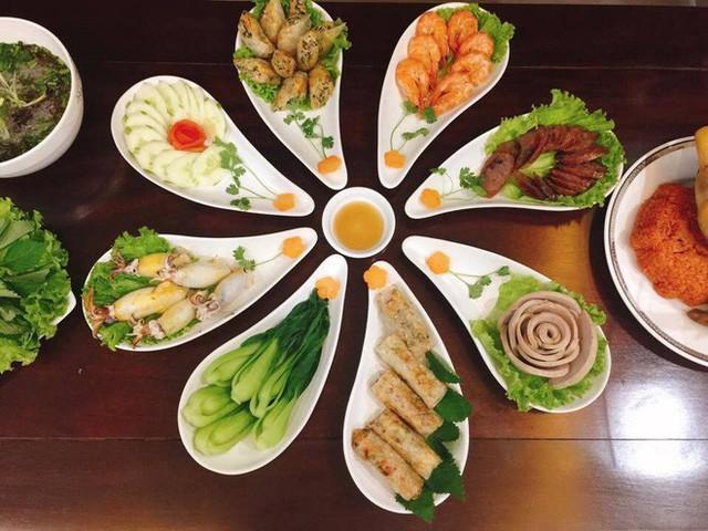 Cỗ cũng nhà chị Nguyễn Thị Lan Anh có những chiếc đĩa bày rất đẹp và cầu kỳ.