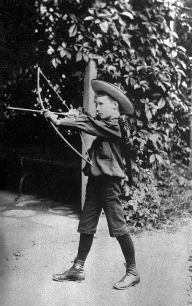 Cựu Tổng thống Franklin Delano Roosevelt chơi cung tên khi còn nhỏ. (Ảnh: Business Insider)