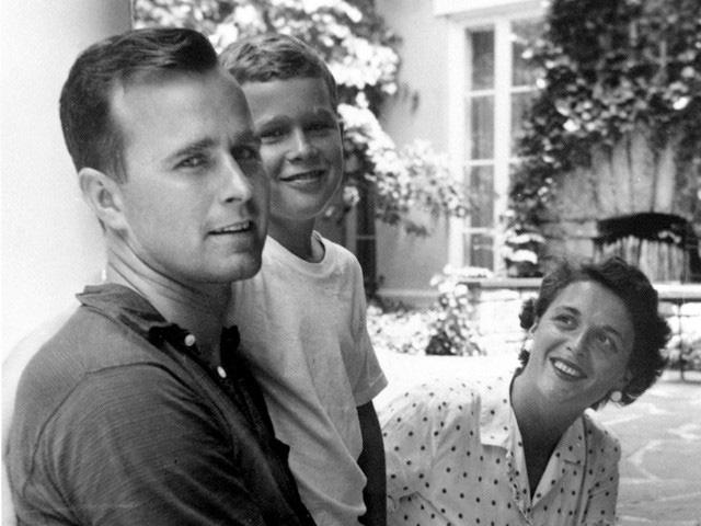 Cựu Tổng thống George W. Bush (giữa) ngồi cạnh bố mẹ - cựu Tổng thống George H. W. Bush và phu nhân Barbara Bush ở New York năm 1955. (Ảnh: Thư viện Bush)