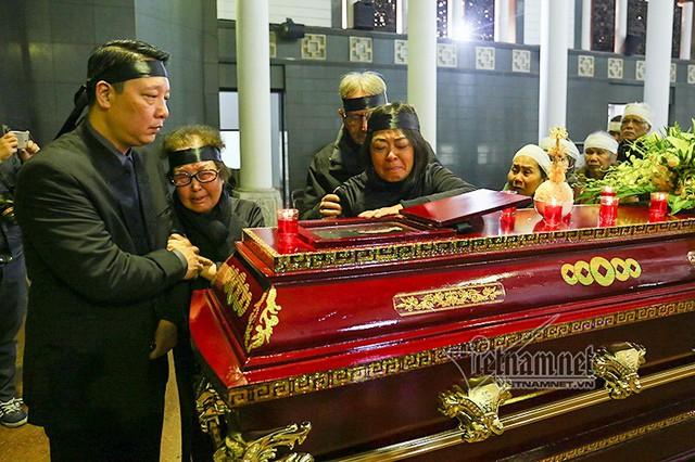 Vợ và hai con nức nở đi quanh linh cữu cố nhạc sĩ Hoàng Vân lần cuối