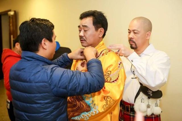Đức Hùng tham gia chỉnh sửa trang phục cho Ngọc Hoàng.