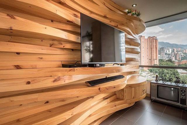 Trần được làm bằng gỗ cong trong phòng khách.