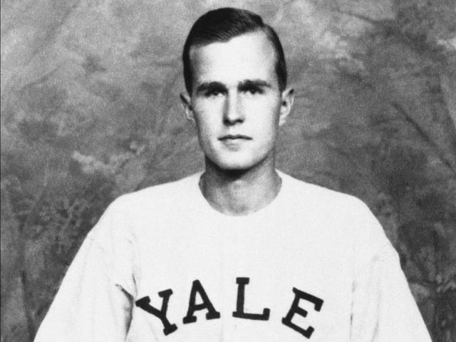 """Cựu Tổng thống Bush """"cha"""", ông George H. W. Bush, từng là đội tưởng đội bóng chày Đại học Yale vào năm 1947. (Ảnh: AP)"""