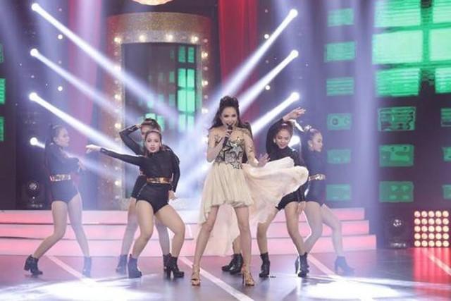 Dù không ra mắt sản phẩm mới nhưng nữ ca sĩ vẫn chăm chỉ chạy show để kiếm tiền lo cho hai mẹ con.