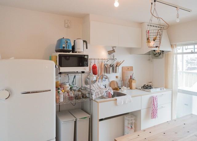 Khu bếp nhỏ gọn màu trắng.
