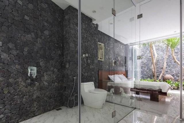 Kính được dùng rất nhiều làm vách cabin tắm đứng để ngăn nước giữa khu khô và khu ướt của phòng tắm, làm lan can cầu thang trong nhà chật hoặc làm lan can cho những ban công có hướng nhìn đẹp.