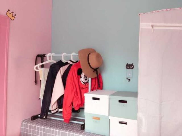 """Góc bên cạnh được cô gái bố trí tủ giấy đựng quần áo. Cô gái trẻ chọn màu trắng để tủ được """"chìm"""" với màu của tường giúp không gian nhỏ luôn gọn xinh và rộng rãi. Góc bên cạnh là chiếc bàn cũ được tận dụng để đặt các hộp đựng giày và một giá treo quần áo."""