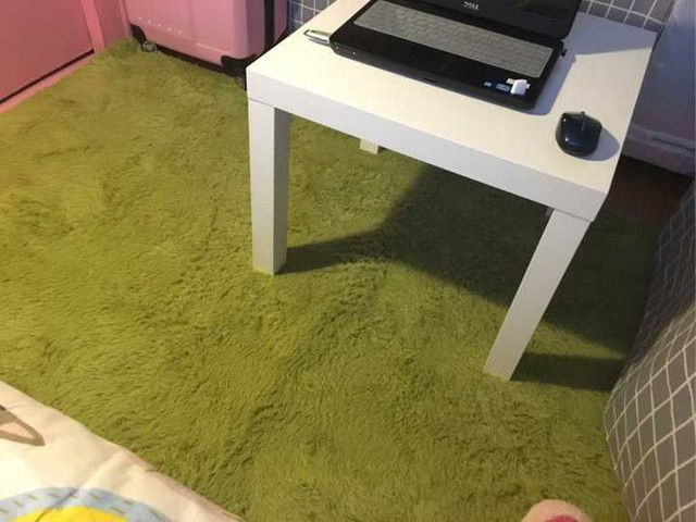 Tấm thảm trải sàn màu xanh như mang thêm vẻ đẹp của thiên nhiên vào phòng. Căn phòng với sự sắp xếp đơn giản và hợp lý này đã trở nên gọn gàng và xinh xắn hơn.