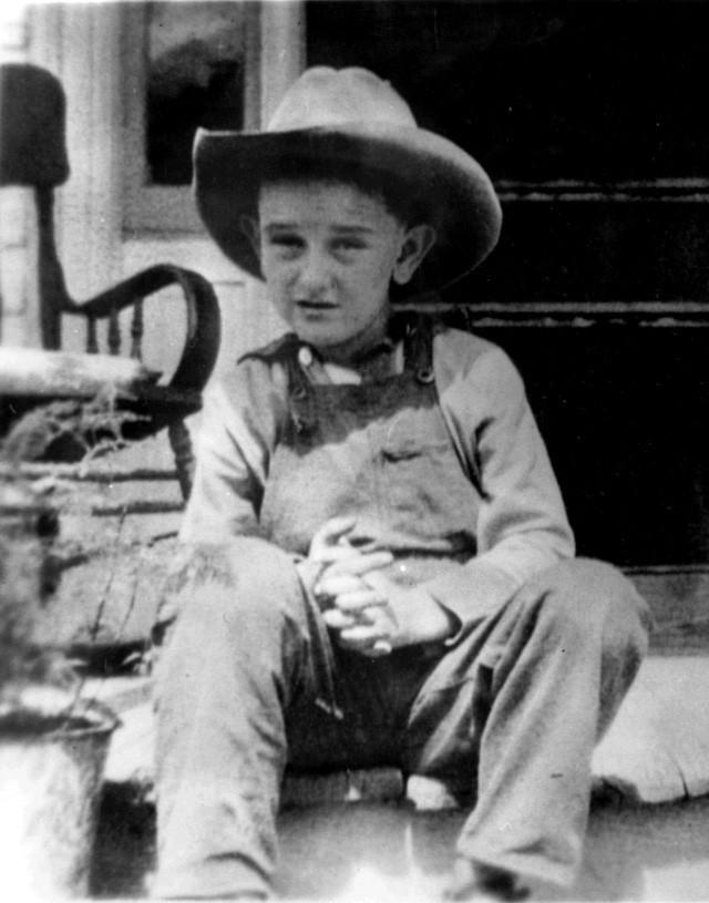 Cựu Tổng thống Lyndon B. Johnson ngồi tại căn nhà của gia đình ông ở Texas cách đây 103 năm. (Ảnh: Thư viện Johnson)