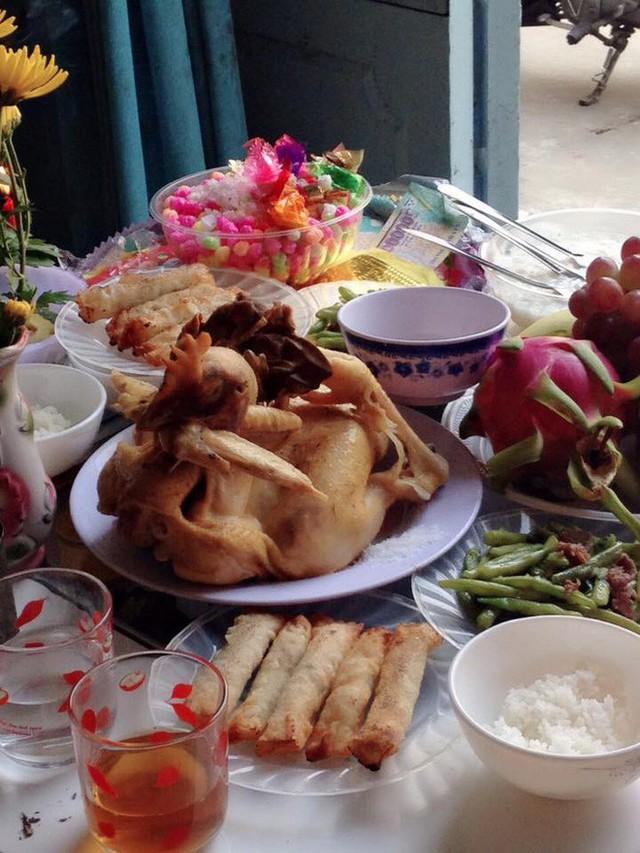 Cũng tự tay mình chuẩn bị và nấu nướng tất cả, mẹ Lê Thu Hồng có được mâm cơm khá đẹp mắt.