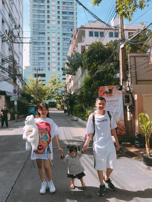 Trong khi chị gái bận rộn với việc chinh phục con đường nghệ thuật, Trần Lê Nhật đã trở thành ông bố trẻ và có 1 cô con gái rất dễ thương.