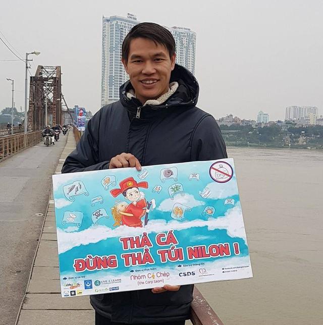 Anh Tống Thế Anh - một hướng dẫn viên du lịch hưởng ứng cuộc vận động không thả túi nilon khi thả cá