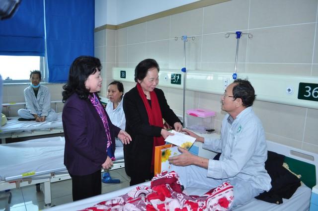 Nguyên Phó Chủ tịch nước Nguyễn Thị Doan cùng nguyên Thứ trưởng Bộ Y tế Nguyễn Thị Xuyên trao quà tới tận tay cho từng bệnh nhân ung thư.
