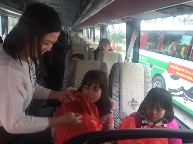 Chị em Chung - Lan nhận quà từ các nhà hảo tâm trên chuyến xe miễn phí về quê đón Tết.