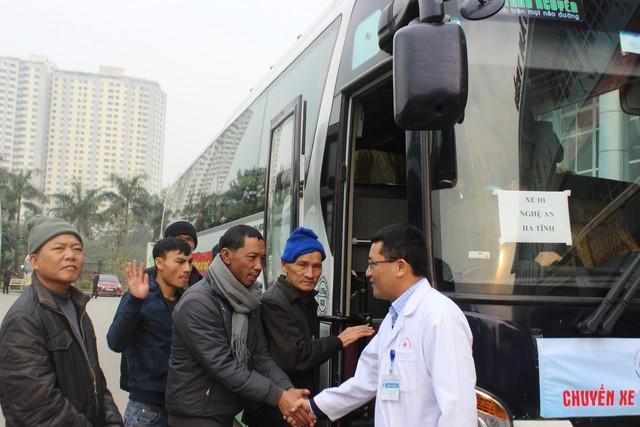 PGS.TS Lê Văn Quảng, Phó Giám đốc Bệnh viện K chào từng bệnh nhân ung thư lên xe về quê đón Tết.