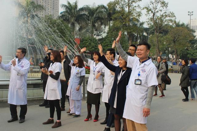 Các bác sĩ Bệnh viện K vẫy tay chào bệnh nhân ung thư về quê đón Tết.