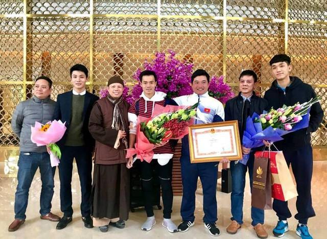 Cầu thủ Văn Toàn được Thượng tọa Thích Thanh Cường cùng người thân đón từ Hà Nội về quê sau Lễ vinh danh. Ảnh: Bạn đọc cung cấp