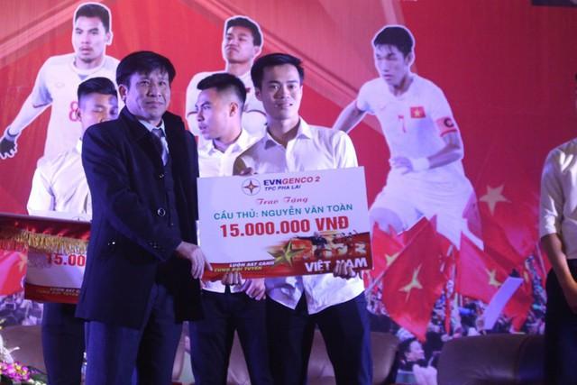 Sau khi thi đấu thành công, Văn Toàn cùng các đồng đội được nhiều cơ quan, doanh nghiệp tặng thưởng. Ảnh: Đ.Tùy
