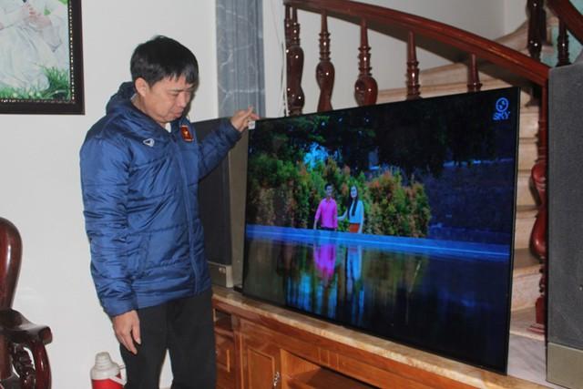 Ông Tạo bên chiếc tivi vừa được hãng Sony trao tặng cho con trai ngày hôm qua. Ảnh: Đ.Tùy