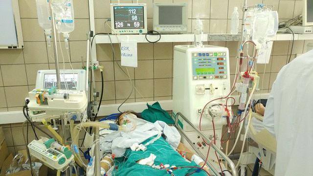 Một ca ngộ độc rượu được điều trị tại Trung tâm Chống độc (Bệnh viện Bạch Mai). Ảnh: TL
