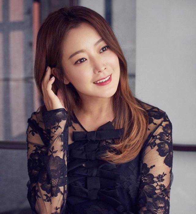 """""""Đệ nhất mỹ nhân Hàn"""" Kim Hee Sun: 10 năm hôn nhân viên mãn và chuyện từng muốn bỏ xứ ra đi vì con"""