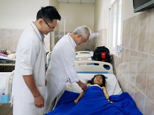 Sau phẫu thuật chỉnh hình bé gái còn phải tập vật lý trị liệu 2 tháng mới trở lại đi đứng bình thường. Ảnh: BVCC