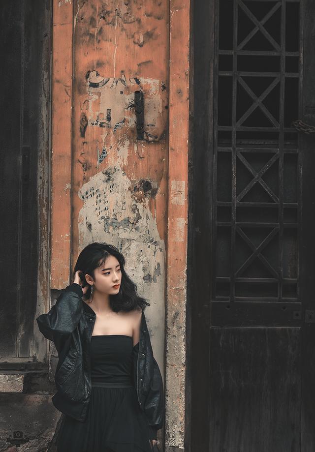 Trương Quỳnh Anh sinh năm 2001, hiện là học sinh trường THPT Lương Văn Can (Hà Nội).