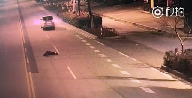 Chồng say rượu ngã khỏi xe mà vợ không hay biết