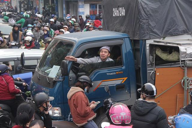 Chôn chân giữa đường ngày giáp Tết, tài xế xe tải cầu cứu