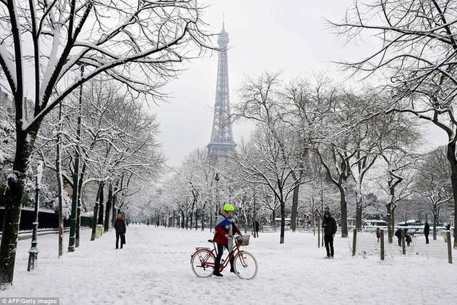 ... cả tháp Effeil cũng đã chìm sâu trong tuyết.