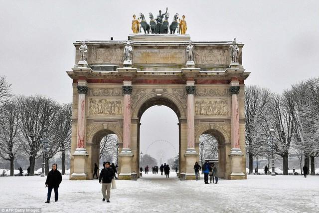 Khải Hoàn Môn vẫn sừng sững đứng trên giữa khu vườn Tuileries.