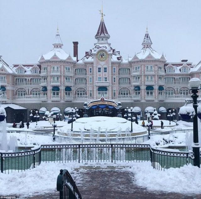Disneyland Paris đã rũ bỏ sắc hồng để chuyển sang trắng tinh khôi.