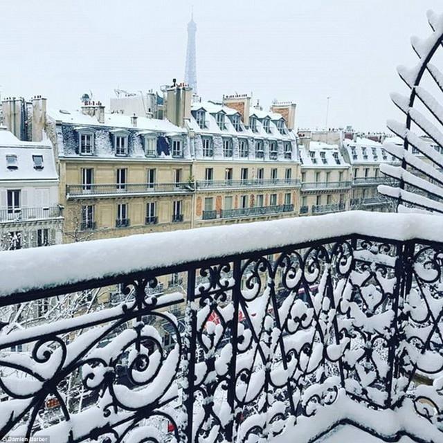 Từ ban công một nhà dân ở Paris - tuyết đã biến khung cảnh vốn lãng mạn ở thành phố này trở nên đẹp hơn cả trong tranh.
