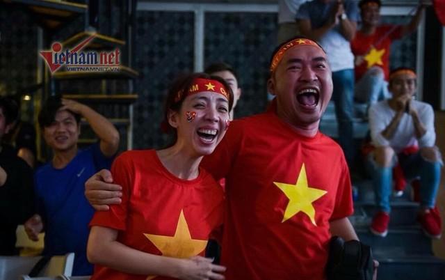 Thu Trang và Tiến Luật trong màu cờ sắc áo cổ vũ đội tuyển U23