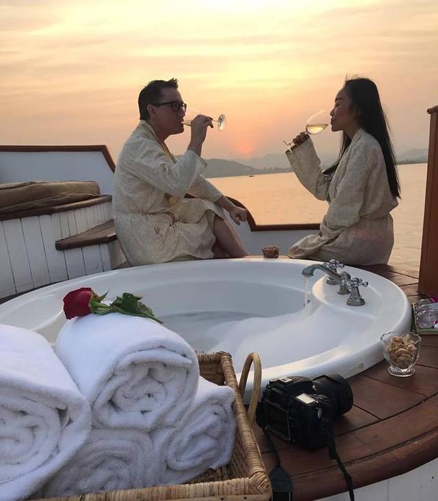 Hai vợ chồng cũng không quên trải nghiệm đi thuyền Jiva Spa vừa ngắm cảnh đẹp trên hồ Pichola, vừa thư giãn với phương pháp mát xa truyền thống của Ấn Độ.          Ngoài ra, dịp này nữ ca sĩ cũng quay lại Delhi sau gần 2 năm, lưu lại ở khách sạn ITC - nơi thường được các chính khách, nghệ sĩ nổi tiếng của Bollywood lựa chọn khi đến Delhi, trong đó có cựu Tổng thống Mỹ Barack Obama. Tuy nhiên theo Đoan Trang, ngoài trần nhà khá ấn tượng ra thì ITC cũng không có gì đặc biệt hơn so với những khách sạn cao cấp khác.          Cô cho biết, thức ăn những khách sạn này hầu hết là đồ Ấn cao cấp và đồ Tây bởi đa số là khách lưu trú quốc tế. Các món ăn đều được nêm nếm, điều chỉnh cho phù hợp với khẩu vị của người nước ngoài nên không hề khó ăn như những món Ấn thông thường.  Theo Ngôi sao