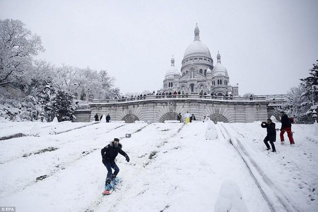 Người dân Paris đã có thể trượt tuyết ngay trong thành phố chỉ sau một đêm.