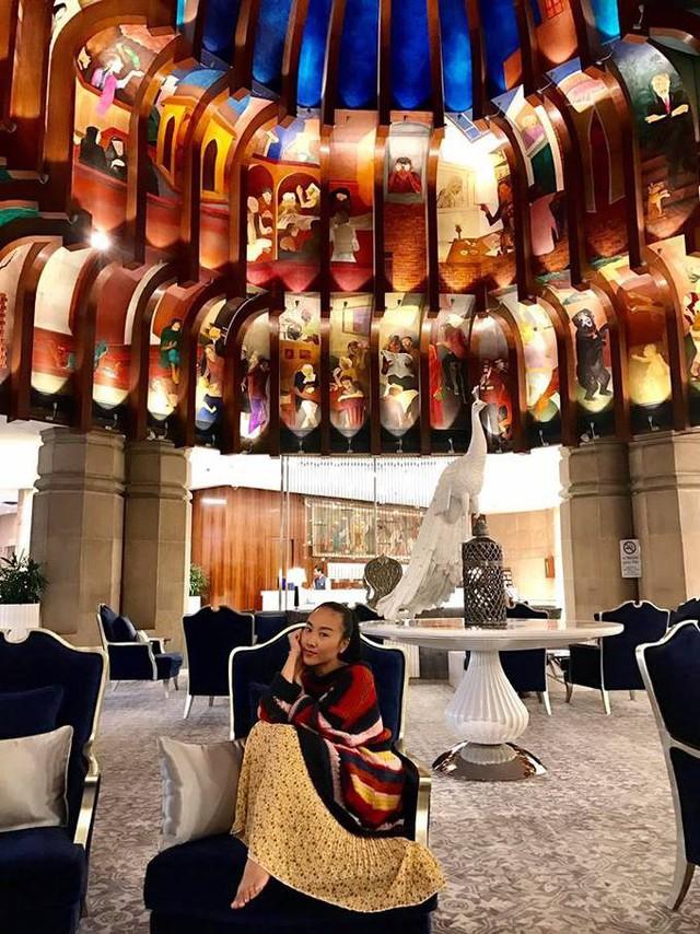 Cô cho biết, thức ăn những khách sạn này hầu hết là đồ Ấn cao cấp và đồ Tây bởi đa số là khách lưu trú quốc tế. Các món ăn đều được nêm nếm, điều chỉnh cho phù hợp với khẩu vị của người nước ngoài nên không hề khó ăn như những món Ấn thông thường.  Theo Ngôi sao