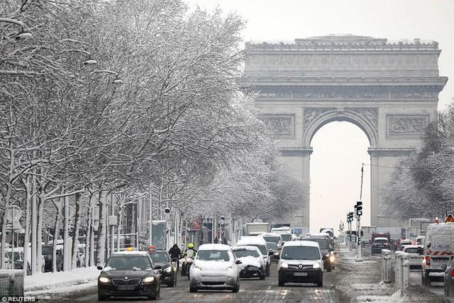 Tuy nhiên giao thông thì không được vui vẻ như thế, khi mà tuyết đã làm cho việc đi lại của người Paris trở nên khá khó khăn.