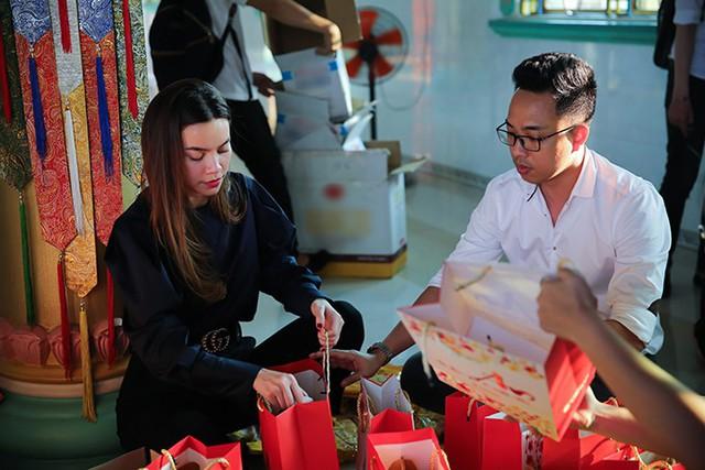 Trước đó, vào buổi trưa, nữ ca sĩ cùng nhạc sĩ Nguyễn Hồng Thuận di chuyển từ TP HCM xuống huyện Thủ Thừa, Long An để tặng quà Tết cho bà con nghèo.