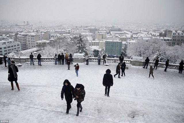 Phía xa xa là đồi Montmare cùng Paris trong tuyết phủ.