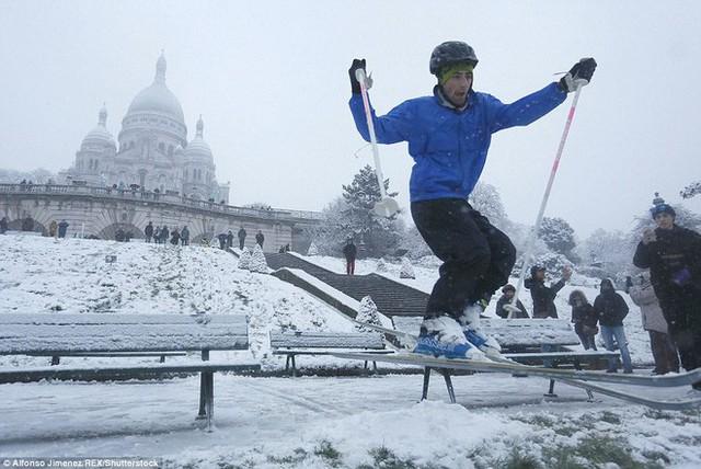 Người dân Paris không bỏ qua cơ hội để được vui đùa trong tuyết trắng.