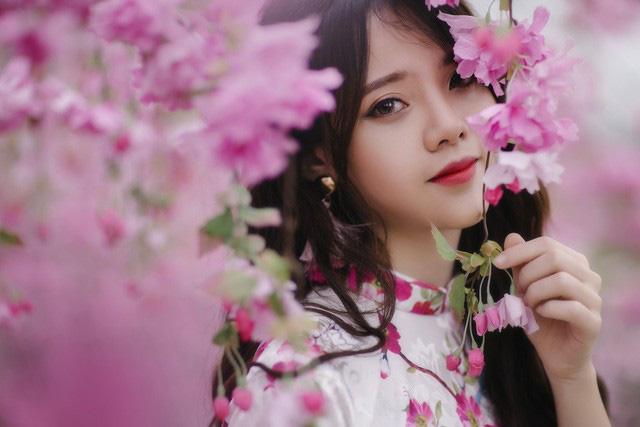 """Nhiếp ảnh gia Thái Duy chia sẻ: """"Bộ ảnh này được chụp tại vườn đào Nhật Tân (Hà Nội), trong vòng hai tiếng đồng hồ vào buổi sáng, áo dài cùng với sắc đào biểu thị không khí rộn ràng của ngày Tết sắp đến""""."""