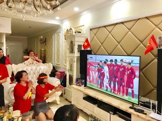 Mặc dù tin tưởng Việt Nam sẽ chiến thắng nhưng nghệ sĩ Trà My vẫn đầy hồi hộp và lo lắng trước những pha bóng gây nguy hiểm cho đội tuyển U23 Việt Nam. Có lúc, chị còn quỳ xuống và chắp tay cầu trời khấn Phật trước một cú đá phạt của đội nhà.