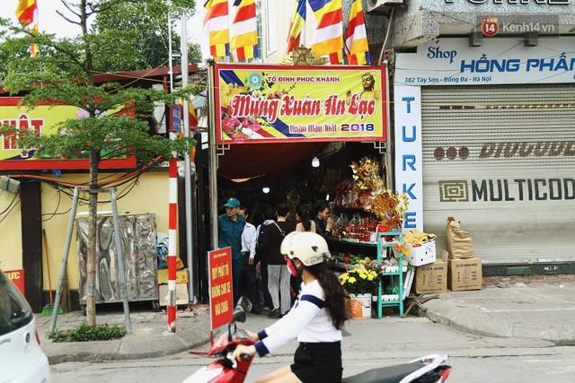 Chùa Phúc Khánh tổ chức lễ cầu an lớn nhất năm, hàng ngàn người dân Hà Nội mang cả đồ ăn đến nhận chỗ từ 11h trưa