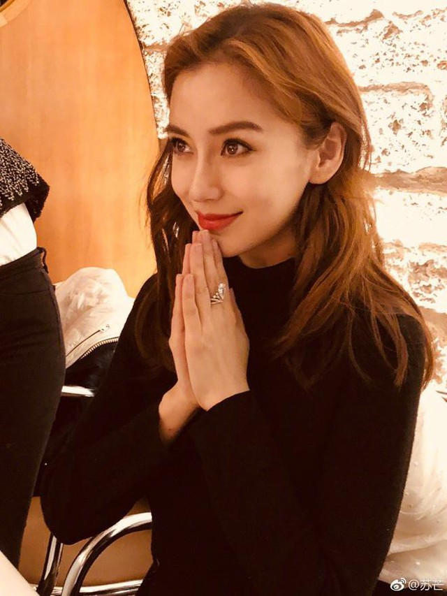 Cô gây chú ý với chiếc nhẫn cưới lấp lánh.