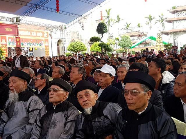 Ngay từ sáng sớm nhiều cụ cao niên trong làng đã đến khu Đình Chùa Hòa Liễu để tham dự Lễ hội. Ảnh: M.Lý