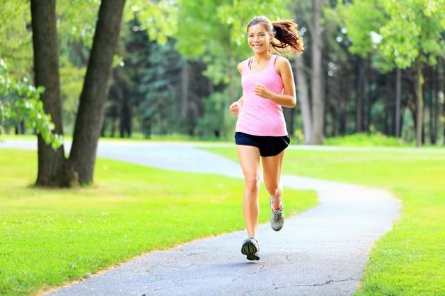 Vận động nhiều khiến cơ thể đổ mồ hôi cũng là cách thải độc tố ra ngoài thông qua da. Ảnh minh họa