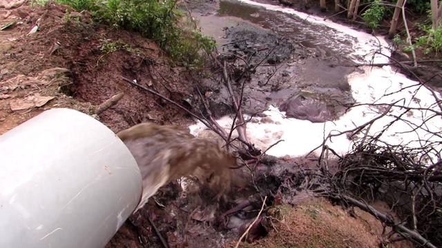 ống nhựa dẫn nước thải xả ra khu vực mương, cống dân sinh của người dân Vạn Phúc.