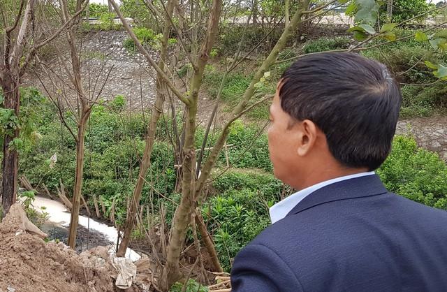 Ông Chữ Văn Hải, Phó Chủ tịch UBND xã Vạn Phúc cùng PV đi thị sát khu vực xả thải của Công ty Thịnh An.
